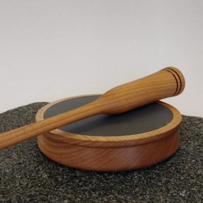 Appeau à dindons en bois de cerisier, tourné à la main, surface de friction en ardoise, avec un bâtonnet de même essence de bois.